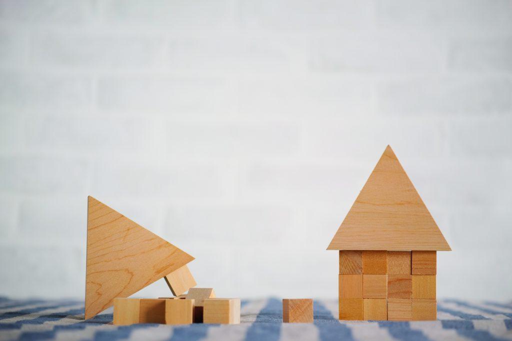 「地震に強い家」とよくTVCMなどの広告でも見るように、ご自身の家は安全に住めるよう建築・購入したいですよね。    ただ、「地震に強い」と言っても耐震性能は主に「耐震・制震・免震」の3つの構造があります。    今回はそれぞれの特徴、メリット・デメリットを比較していきたいと思います。