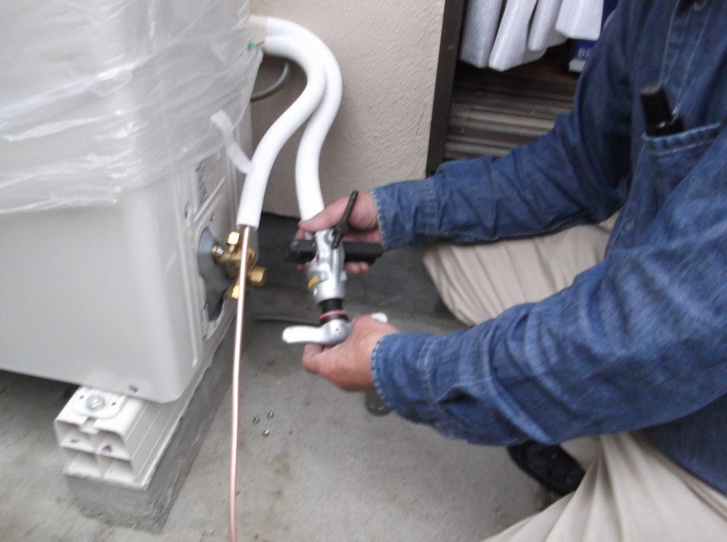 「エアコンが付かない!」・「お湯が出なくてお風呂に入れない!」などの住宅設備のトラブルは不動産投資に付き物です。    こうしたトラブルを回避するには計画的に先手を打って住宅設備を交換しましょう。