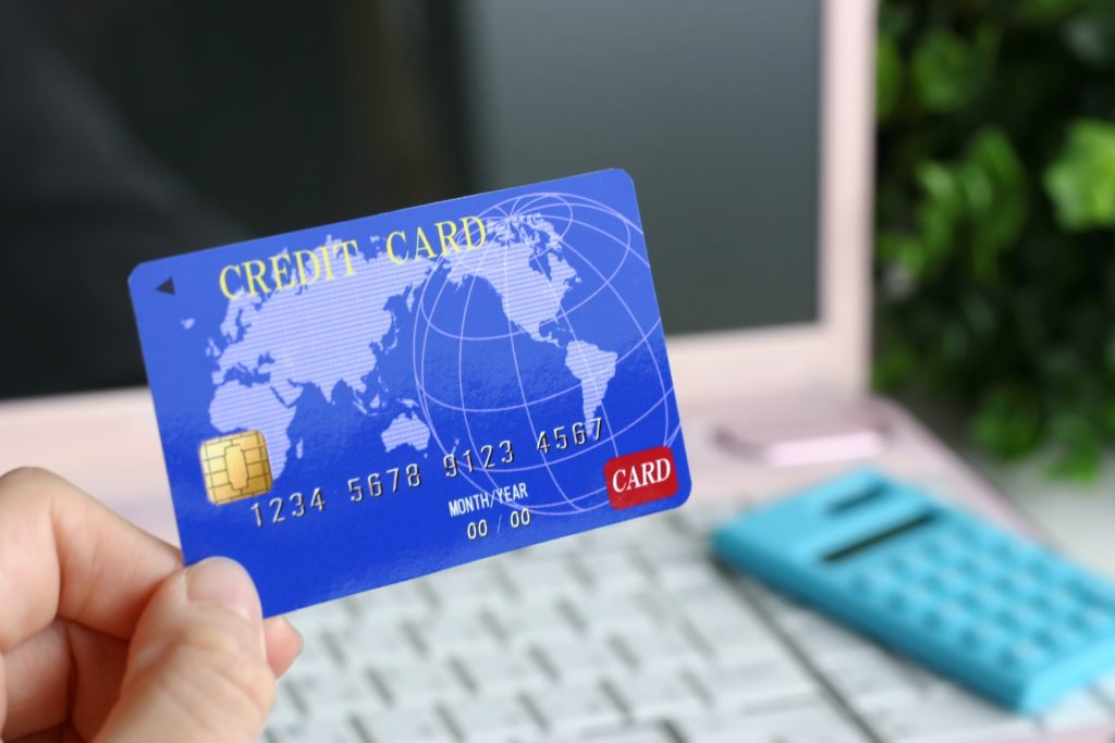海外旅行に行く際は、みなさんも、なにかしらの海外旅行用の保険に加入するかと思います。    そんな時に一般の保険に入るのか、クレジットカードの付帯保険で良いのかどこを基準にしたらよいのでしょう。