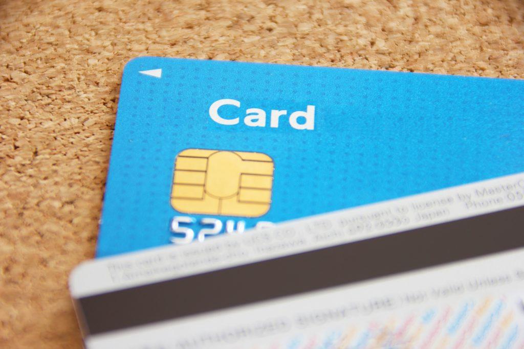 海外旅行保険は年会費無料のクレジットカードに付帯する保険を利用すれば、「今後ずっと実質無料」で利用することができます。    今回は厳選した年会費無料のクレジットカードのベスト3をご紹介します!
