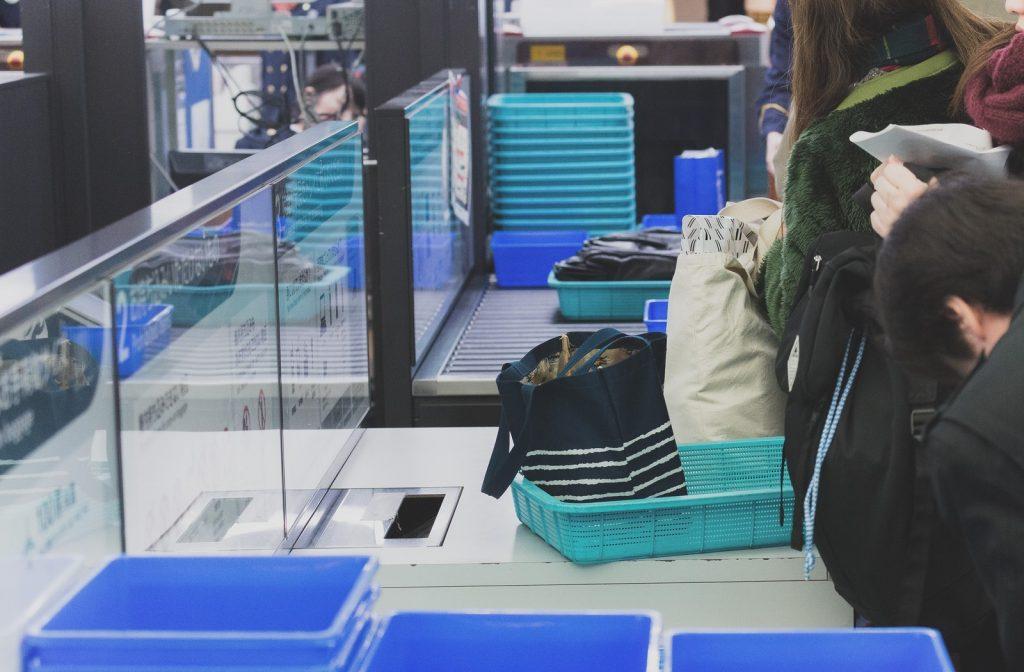 海外旅行の出国の際の注意点が手荷物&預ける荷物の検査です。    海外旅行は国内と比べ特に厳しく検査されますので、せっかく用意した荷物が破棄された!なんてことにならないように確認していきましょう。