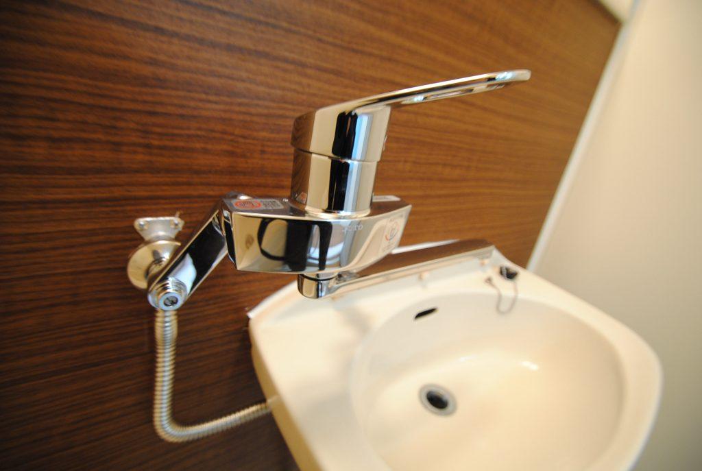 「壁紙や畳は新しく交換したけど、まだ使える「水栓」(蛇口)はそのまま」なんて大家さんはいませんか?    水栓の交換は費用も安く、清潔感と古さも一新出来るのでおすすめのリフォームです!