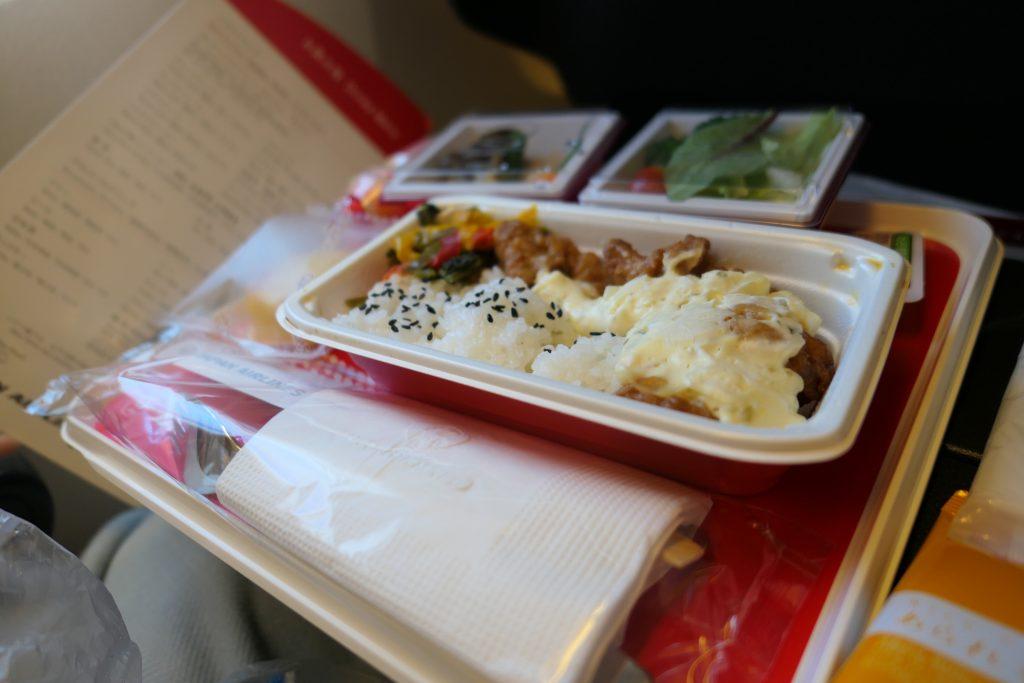 飛行機内の食事やお酒も楽しみにしているという方も多いのではないでしょうか?    今回はJALの国際線エコノミークラスの機内食とドリンク・アルコールついてレビューしていきたいと思います。