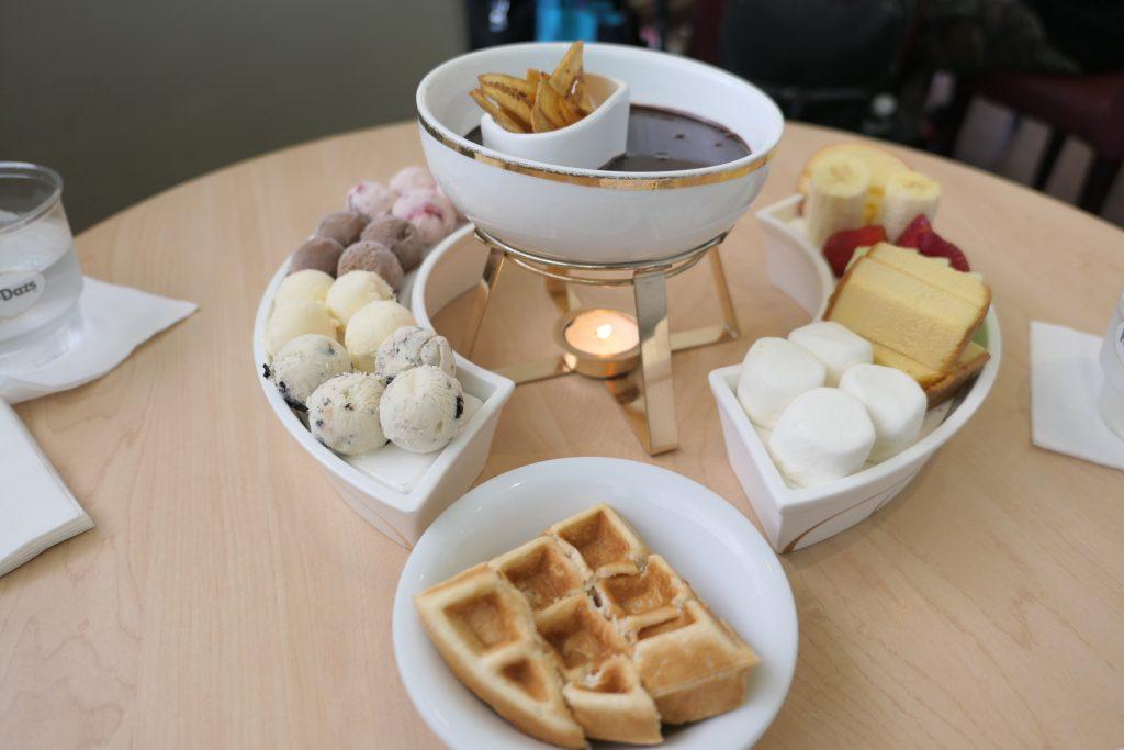 グアムのスイーツと言えば「ハーゲンダッツカフェ」の「チョコレート(アイス)フォンデュ」を食べずには帰れません!