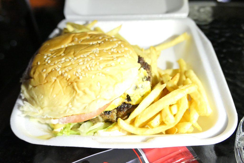 グアムのハンバーガーに迷ったら、地元の人気店「メスクラドス」がおすすめ!