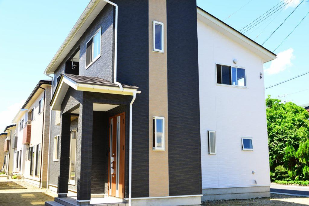 日本ではまだまだ「新築」の住宅の人気が根強く残っています。    しかし、なんとなくみんなが選んでいるからという理由で「新築」に決めてはいませんか?