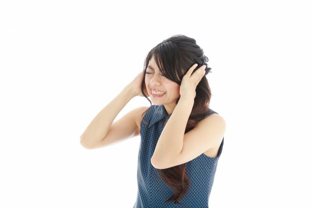 マンション内でのトラブルで特に多いのが「音」の問題です。    しかし、購入前に住むことは出来ませんので、実際のところどの程度防音がしっかりしているのかは購入後でなければ全ては分かりません。    ですが、購入前でも遮音・防音の性能に関するポイントを押さえておけば、騒音で悩む可能性を極力減らすことが可能です。