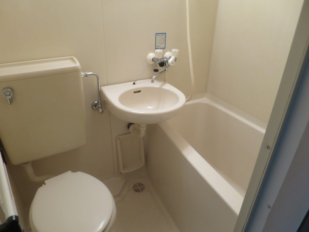 数十年前までは人気だった、バス・トイレ・洗面台が一体となった「3点ユニットバス」は、今や賃貸経営の代表する不人気設備となっています。    空室の原因になりえるこの設備に、お悩みの大家さんも多いのではないでしょうか?