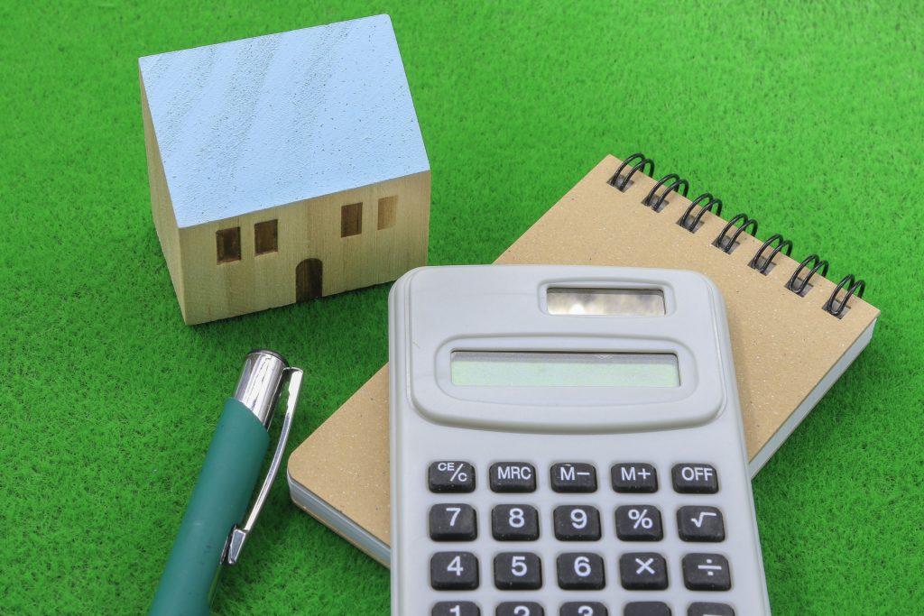 収益物件の取得の際に使われる査定方法の一つに「収益還元法」があります。    取得価格の目安を探るだけでなく、銀行融資の目安にも利用できる計算ですのでしっかりと内容を理解していきましょう。